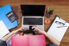 Studente stressante che copre il suo fronte Fotografia Stock