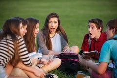 Studente stupito con gli amici Fotografia Stock Libera da Diritti