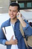 Studente sveglio che chiama dal telefono sulla città universitaria Fotografia Stock