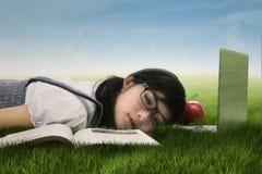 Studente sveglio che dorme sull'erba Fotografia Stock Libera da Diritti