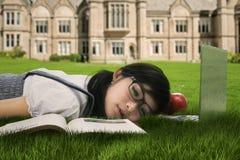 Studente sveglio che dorme sull'erba 1 Immagine Stock