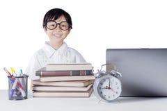 Studente sveglio con i libri ed il computer portatile Fotografia Stock