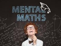 Studente sveglio del bambino divertendosi nell'aula sulla lavagna con le formule di per la matematica Concetto mentale di per la  fotografie stock libere da diritti