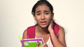 Studente teenager femminile ispano confuso Talking video d archivio