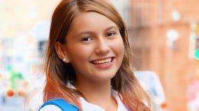 Studente teenager femminile sorridente Fotografie Stock Libere da Diritti