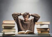 Studente terrorizzato che legge un libro Fotografia Stock