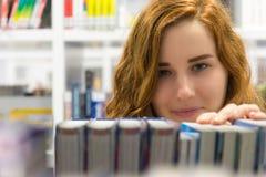 Studente universitario abile Studying in libri moderni bianchi delle biblioteche Fotografia Stock Libera da Diritti