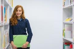 Studente universitario abile Studying in libri moderni bianchi delle biblioteche Fotografia Stock