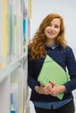 Studente universitario abile Studying in libri moderni bianchi delle biblioteche Immagine Stock Libera da Diritti