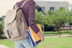 Studente universitario all'aperto sulla città universitaria Fotografie Stock Libere da Diritti