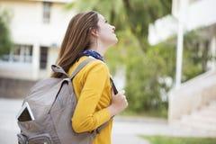 Studente universitario all'aperto sulla città universitaria Immagine Stock