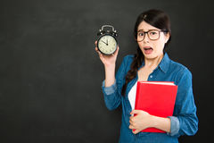 Studente universitario asiatico sopra sonno sarà in ritardo immagine stock