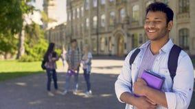 Studente universitario biraziale che sogna del futuro luminoso e della carriera brillante video d archivio