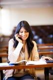 Studente universitario che comunica sul telefono delle cellule Fotografia Stock