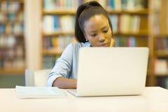 Studente universitario che per mezzo del computer portatile Fotografia Stock Libera da Diritti