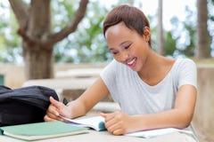 Studente universitario che studia esame Fotografia Stock Libera da Diritti