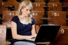 Studente universitario con il calcolatore Fotografia Stock