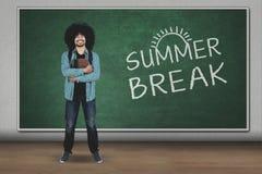 Studente universitario con la parola della rottura di estate Immagine Stock Libera da Diritti