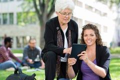 Studente universitario femminile Using Digital Tablet Immagine Stock