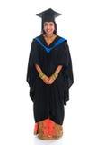 Studente universitario indiano felice dell'ente completo in abito di graduazione Immagine Stock