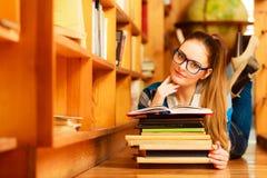 Studente in universiteitsbibliotheek royalty-vrije stock foto