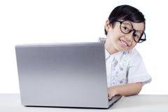 Studente Using della scuola elementare un computer portatile Fotografia Stock Libera da Diritti