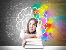 Studente vago con un mucchio dei libri, cervello Fotografie Stock