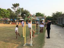 Studentenübung in den Schulspielplätzen Stockbilder