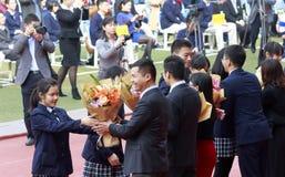 Studenten ägnar blommor till läraren, Adobe rgb Royaltyfria Bilder