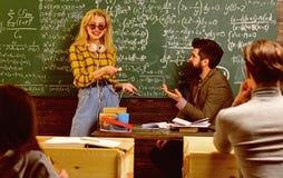 Studenten arbeitet ehrlich Student, der eine Prüfung das euphorische Mädchen aufpasst einen Laptop in der Klasse führt Lehrereinf lizenzfreie stockbilder