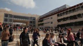 Studenten auf Campus stock video