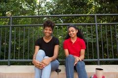2 Studenten auf dem Campus Stockbild