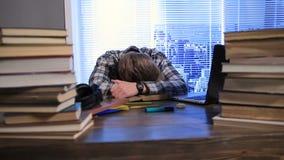 Studenten avverkar sovande under examenförberedelse lager videofilmer