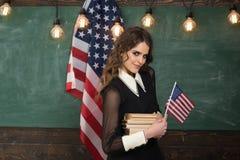 Studenten behöver den säkra lärande miljön Engelskt studera talar Begrepp för lära för engelskt språk amerikanska flaggan arkivfoton