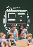 Studenten bei Tisch, die einen Computer gegen grüne Tafel mit Schule und Bildungsgraphik betrachten stockbilder