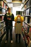 Studenten in bibliotheek stock foto