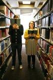 Studenten in bibliotheek stock afbeelding