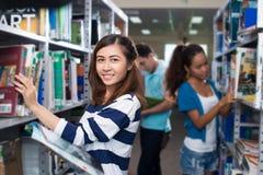 Studenten in bibliotheek Stock Foto's