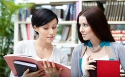 Studenten bij de bibliotheek worden gelezen die Stock Fotografie