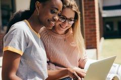 Studenten bij universitaire campus met laptop royalty-vrije stock fotografie