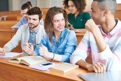 Studenten bij universiteit stock afbeelding
