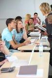 Studenten bij universiteit Stock Afbeeldingen