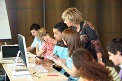 Studenten bij universiteit Royalty-vrije Stock Afbeelding