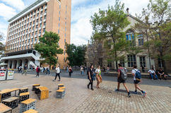 Studenten buiten het gebouw van StudentenUnion bij de Universiteit van Melbourne Stock Foto