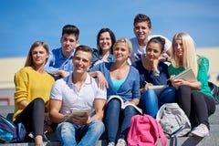 Studenten buiten het zitten op stappen Royalty-vrije Stock Foto