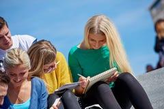 Studenten buiten het zitten op stappen Royalty-vrije Stock Fotografie