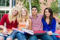 Studenten buiten School stock foto's