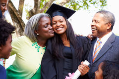 Studenten-Celebrates Graduation With-Eltern Lizenzfreies Stockbild