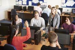 Studenten an den Computern in der Technologie-Klasse lizenzfreies stockbild