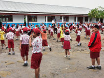 Studenten in den kastanienbraunen Uniformen sind Morgenübungen u. x28; Sumatra, Indo Lizenzfreie Stockfotografie